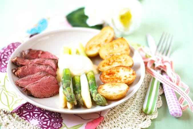 Špargľa s holandskou omáčkou, steakom a opekanými zemiakmi